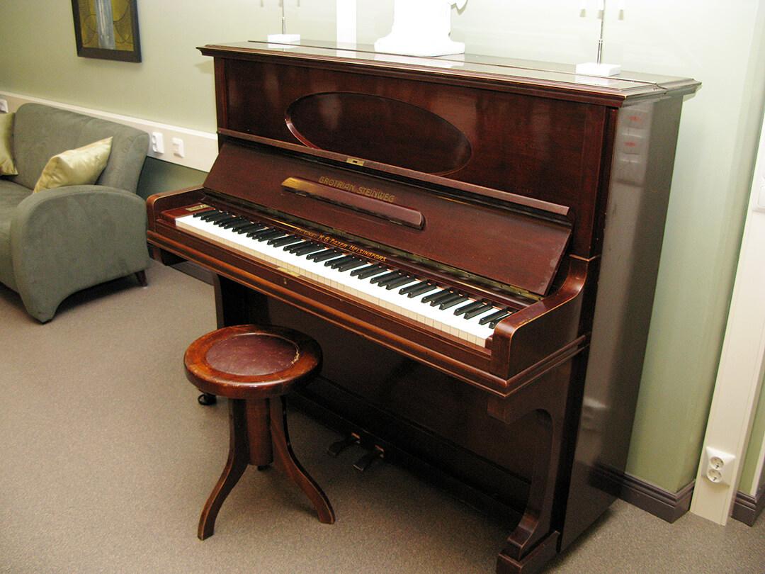 Vieraskodin piano. Asukkaiden käytettävissä.